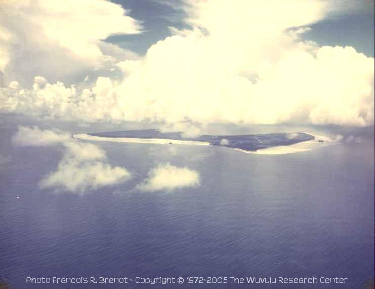 Wuvulu Island, aerial view from NW - Photo François R. Brenot • Copyright © 1972-2010 by The Wuvulu Research Center • All Rights Reserved -  [Click on photo for larger size image]